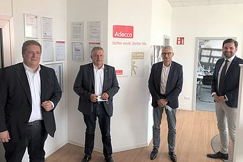 Martin Heinen, Klaus-Peter Willsch MdB, Andreas Dinges, Lukas Tomforde (v.l.) / © Adecco Group